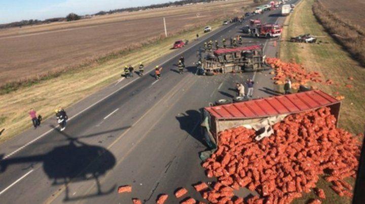 Tarde de terror. El camión tumbado y su carga volcada y el auto destrozado en la banquina de la ruta.