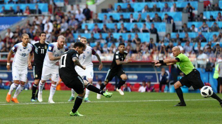 Pudo destrabarlo. El remate de Messi será contenido por el arquero islandés. Hubiera sido la victoria
