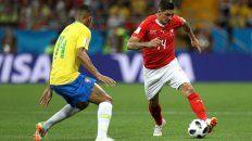 En plena lucha. Danilo disputa la pelota con Zuber. El suizo marcó el gol del empate.