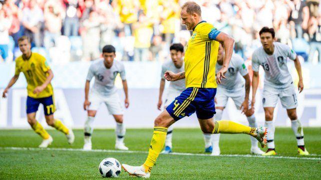 El capitán sueco marca de penal el gol del triunfo.