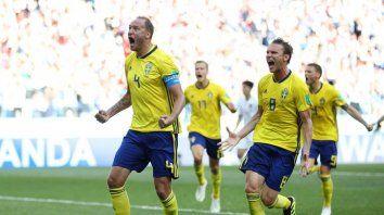 Los suecos celebran el gol de penal que les permitió vencer a Corea del Sur