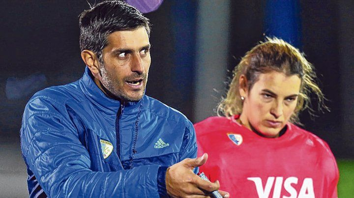 DT y arquera. Corradini le da indicaciones a Mutio durante una práctica.