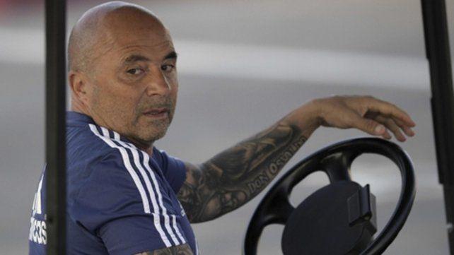 No voy en tren. El técnico argentino Jorge Sampaoli vivió una situación incómoda cuando le fajaron el auto en el que iba.