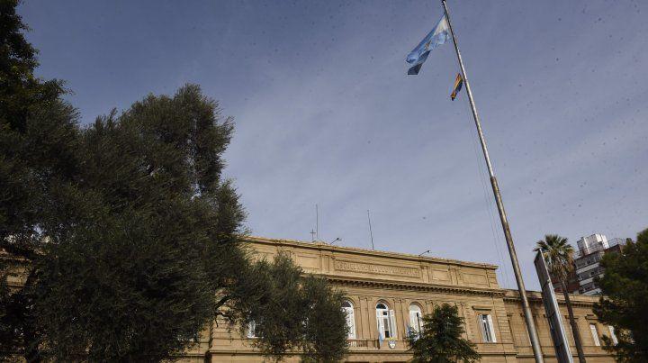 La bandera argentina y la de la diversidad sexual flamean juntas en el Normal 1