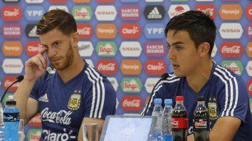 Ansaldi y Dybala en la conferencia de prensa de esta tarde.