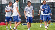 Suplente. Lo Celso, con Dybala, Salvio y Biglia en un entrenamiento del plantel argentino. Por ahora no parece figurar entre los candidatos a entrar al equipo.