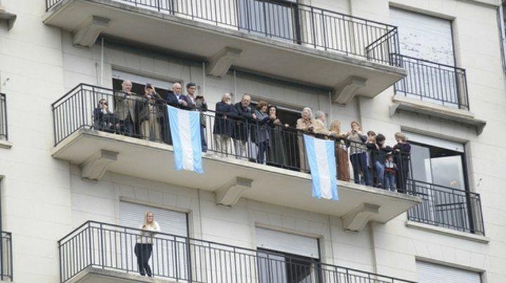 Sobre la baranda. Salir al balcón para ver los actos públicos