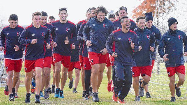 De buen humor. Figueroa y Fontanini encabezan el grupo con sonrisas durante la práctica de ayer por la mañana. El plantel basó el trabajo en tareas físicas sin pelota.
