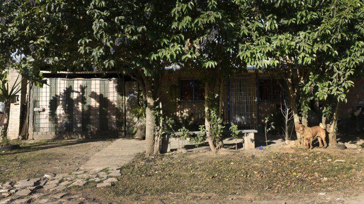 El cuerpo sin vida de la víctima fue hallado en la puerta de la casa de calle Mansilla al 1100.