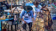 Más de 80 asadores participan del concurso de asado a la estaca.
