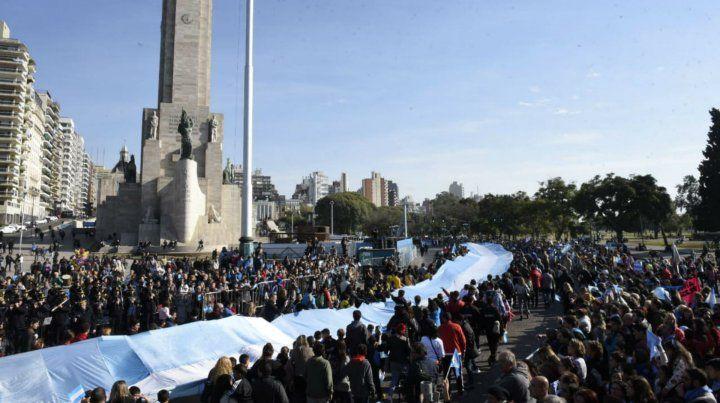 La bandera más larga dice presente en el desfile por el Día de la Bandera.