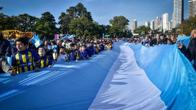 Los chicos se sumaron para llevar la bandera más larga del mundo.