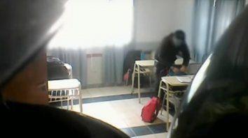 Un profesor fue filmado mientras robaba a sus alumnos