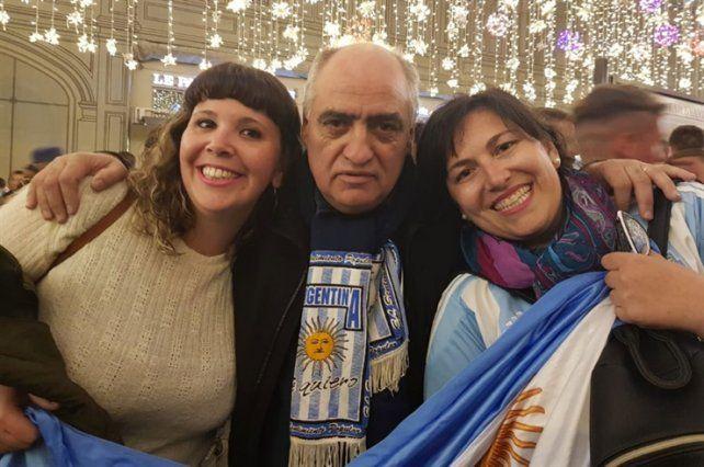 Horacio Domínguez no para de sacarse fotos en Rusia por su parecido con Merlí. (Fotos: La Nueva Provincia)