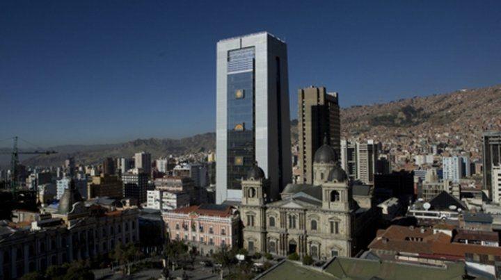 Con jacuzzi. El rascacielos resalta entre viejas casonas coloniales de La Paz.