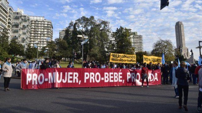 Fuera de programa. La irrupción de los grupos pro  vida en el desfile generó que los locutores se apuraran para dar por  finalizado el acto.
