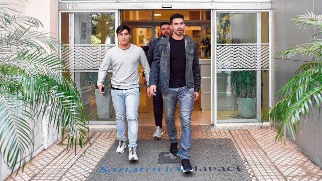 Primer paso. Josué Ayala sale del sanatorio Mapaci junto a su amigo Marcos Pisoni. El arquero es el tercer jugador que llega para reforzar el equipo canalla.