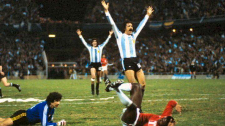 Luque festeja su gol para la goleada Argentina sobre Perú en el Gigante de Arroyito.