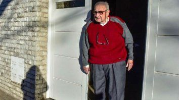 Vienna padre tiene 83 años. Esta mirando televisión cuando las balas impactaron contra su casa.