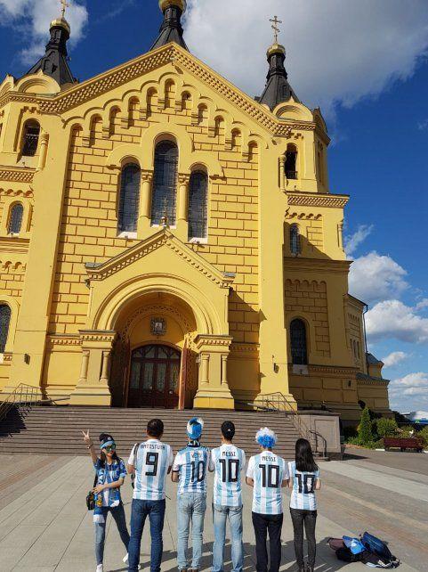 Hinchas de distintas nacionalidades le rezan al Dios Messi en la catedral de Nizhni