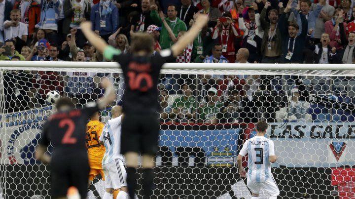 Rakitic selló el bochorno argentino