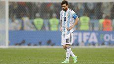 Una imagen repetida. Messi mira al piso buscando respuestas a su rendimiento y al de todo el equipo.