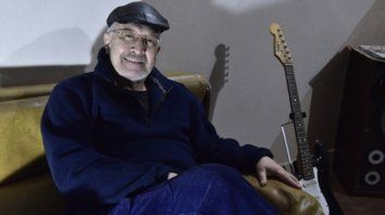 Martínez. Yo también toco la guitarra, si no ¿cómo te creés que componía las canciones?, dijo el baterista.