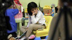 Desgarrador. Una niña retenida aguarda el reencuentro con sus padres.