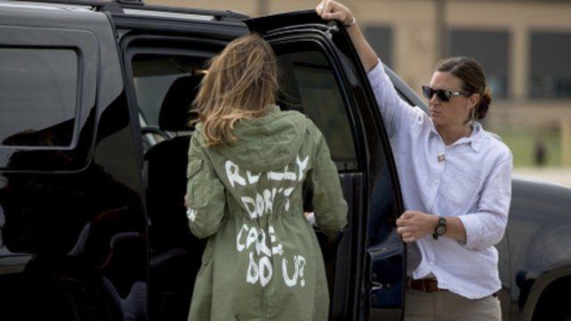 Polémica. El inoportuno mensaje de la chaqueta de la primera dama de EEUU: Realmente no me importa. ¿a vos?
