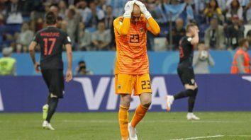 Todo mal. Caballero pifió y llegó el primer gol croata. El arquero se tomó inmediatamente la cabeza al darse cuenta del yerro.