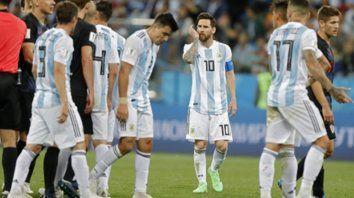 Rostros de una nueva desazón. Messi, con el ceño fruncido y la mirada perdida, exhibe el doloroso gesto de la frustración tras el final del partido. Ayer tampoco pudo conducir al equipo hacia una presentación convincente.