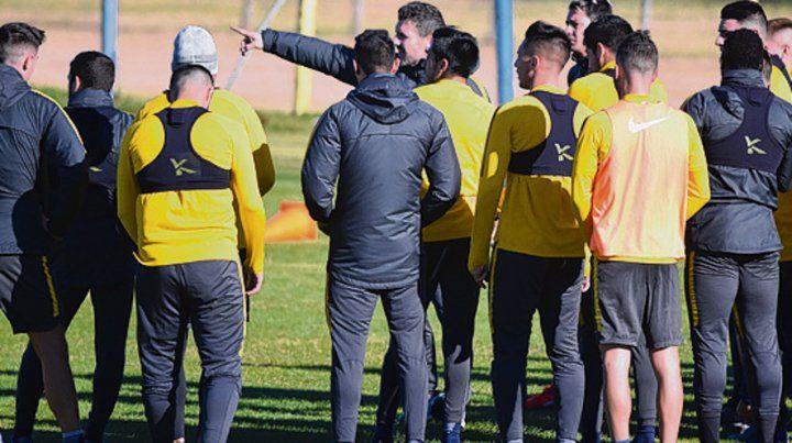 Los jugadores canallas escuchan con mucha atención las indicaciones del preparador físico Bruno Militano en la previa de los trabajos.