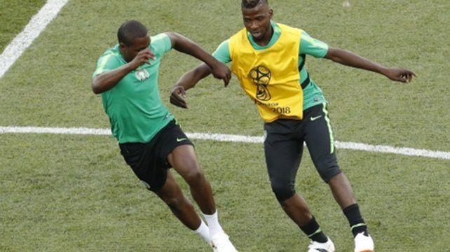 Puesta a punto. Iheanacho disputa la pelota con Ighalo durante el entrenamiento oficial de Nigeria.