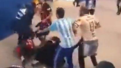 Un video registró a hinchas argentinos que golpean a dos croatas
