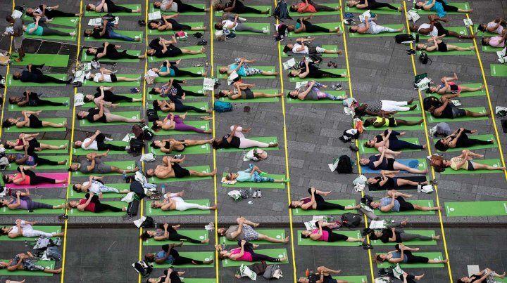 Una multitud celebró el Día Internacional del Yoga en Times Square