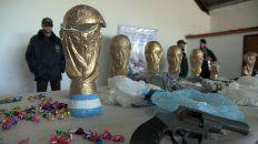 Traficaban droga en réplicas de la Copa del Mundo