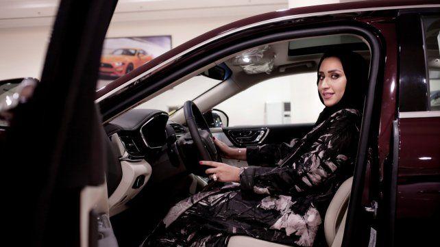 Con carné. Las sauditas podrán conducir desde mañana sus propios vehículos sin la tutela de los varones.