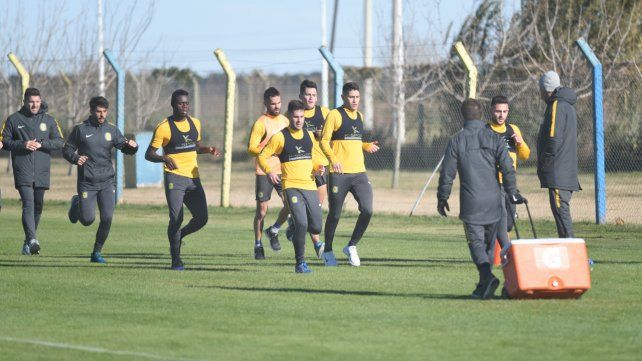 En acción. Los jugadores comenzaron con las rutinas físicas.