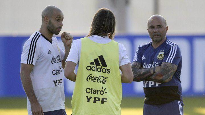 Todas las partes. Mascherano es el subcapitán y tomó la palabra en la reunión de anoche (el otro fue Messi) con el cuerpo técnico encabezado por Sampaoli y Beccacece para acordar nuevas pautas.