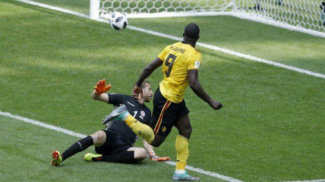 Romelu Lukaku marca el tercer gol de Bélgica.