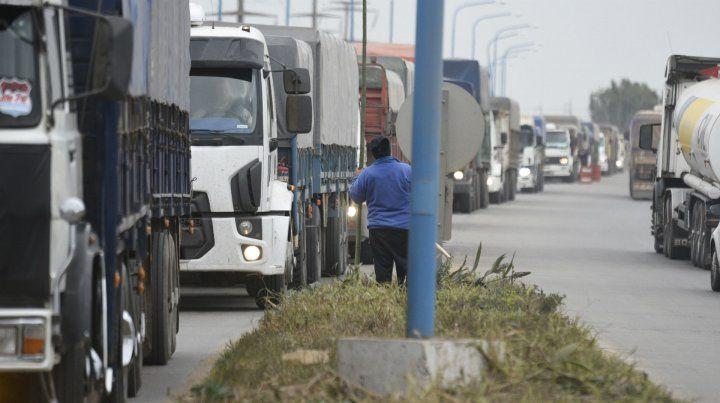 La pelea se desató porque un camionero quiso colarse en la cola.