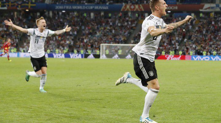 Tony Kroos se llena la boca de gol tras decretar el triunfo alemán ante Suecia por 2 a 1.