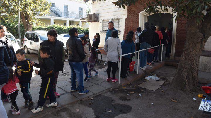 Colas. Vecinos esperan para ingresar al dispensario de Seguí al 5300.