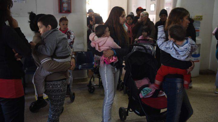En espera. Mujeres aguardan por atención pediátrica para sus niños en un centro de salud.