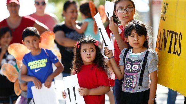 ¿Y ahora qué? Niños migrantes asisten junto a sus padres a una protesta contra la política de mano dura de Trump.