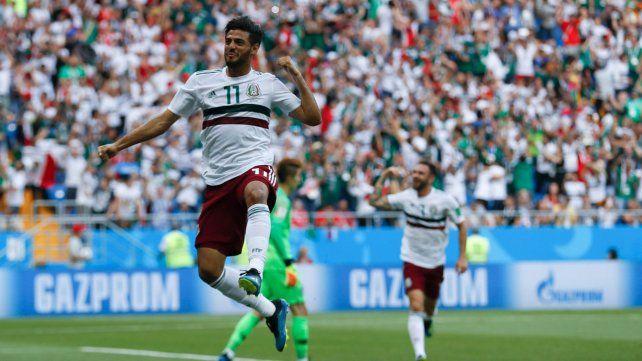 La apertura. Carlos Vela celebra el gol de penal que sirvió para abrir el marcador. El atacante continúo el festejo apuntando al cielo para rendirle tributo al abuelo.