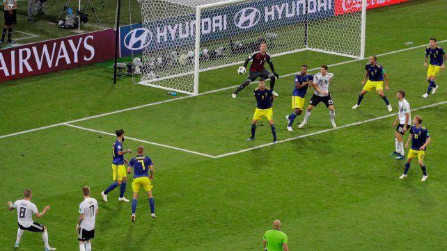 La perla de Tony. Kroos ya sacó el bombazo que terminará derribando la ilusión sueca y decretando el triunfo por 2 a 1.