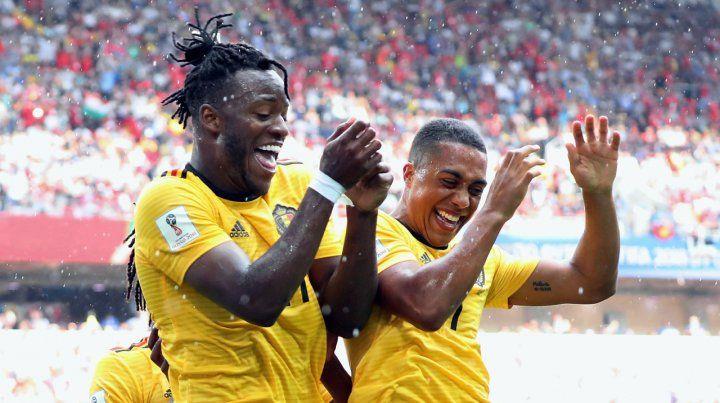 Fiesta belga. Michy Batshuayi ya marcó el quinto gol de su equipo y lo celebra con Youri Tielemans.
