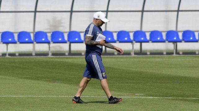 Sampaoli camina con la cabeza gacha en la práctica de la selección.