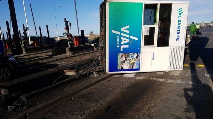 Un camión arrancó una cabina de peaje de la autopista Rosario-Santa Fe